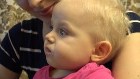 Kleines Baby essen mit Löffel 4K UltraHD, UHD stock video