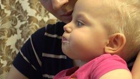 Kleines Baby essen mit Löffel 4K UltraHD, UHD stock video footage