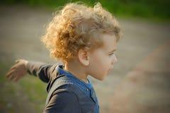 Kleines Baby im Freien Stockfoto