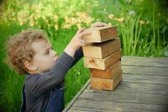 Kleines Baby im Freien stockfotos