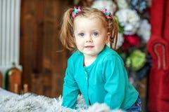 Kleines Baby im Raum 1-2 Jahre Das Konzept von childhoo Stockbilder