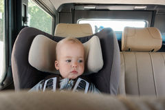 Kleines Baby im Zusatzstuhl Stockfotografie