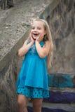 Kleines Baby mit überraschtem Gesicht im blauen Kleid im Freien Lizenzfreies Stockbild