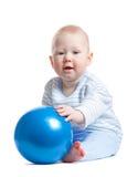 Kleines Baby mit blauer Kugel Stockfotos