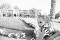 Kleines Baby mit dem bunten Ballspielen im Freien Lizenzfreie Stockfotografie
