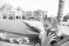 Kleines Baby mit dem bunten Ballspielen im Freien Stockbild