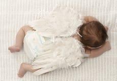 Kleines Baby mit Engelsflügeln Stockfotos