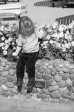 Kleines Baby mit entzückendem Gesicht mit Blumen Stockfoto