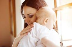 Kleines Baby mit ihrer Mutter Lizenzfreies Stockfoto