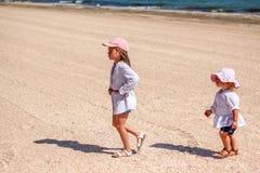 Kleines Baby mit kleiner Schwester auf Strand Lizenzfreie Stockfotografie