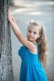Kleines Baby mit lächelndem Gesicht im blauen Kleid im Freien Lizenzfreie Stockfotografie