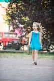 Kleines Baby mit lächelndem Gesicht im blauen Kleid im Freien Lizenzfreies Stockbild