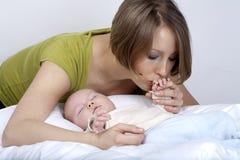 Kleines Baby mit Mamma Lizenzfreies Stockfoto