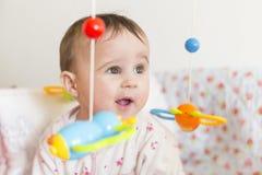 Kleines Baby mit nettem Gesicht lizenzfreie stockfotos