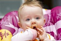 Kleines Baby nach dem Abendessen Stockfotografie