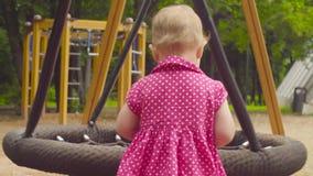 Kleines Baby nahe einem Schwingen stock video
