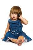 kleines Baby spricht am Handy, lokalisiert über Weiß Lizenzfreies Stockfoto