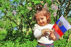 Kleines Baby steht mit Flagge von Russland Lizenzfreie Stockfotos