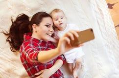 Kleines Baby und ihre Mutter Lizenzfreie Stockfotografie