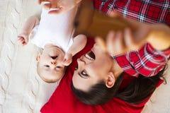 Kleines Baby und ihre Mutter Stockfoto