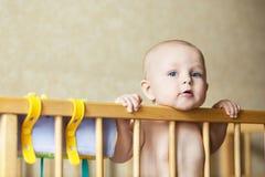 Kleines Babykind, das im Bett lächelt lizenzfreies stockbild