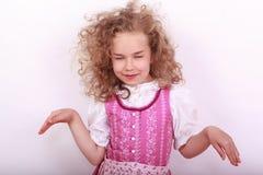 Kleines bayerisches Mädchen im Dirndl in der Haltung Lizenzfreie Stockbilder
