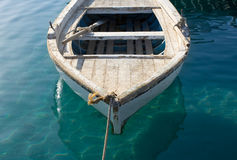 Kleines befestigtes Fischerboot Stockfotos