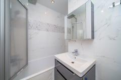 Kleines beige Badezimmer stockfotografie