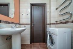 Kleines beige Badezimmer lizenzfreie stockbilder