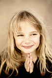 Kleines betendes Mädchen stockbild