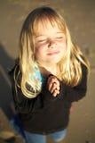 Kleines betendes Mädchen lizenzfreie stockfotos