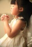 Kleines betendes Mädchen Stockfotografie