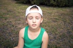Kleines betendes Mädchen Entspannung in der Frischluft lizenzfreie stockfotografie