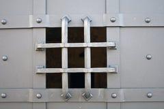 Kleines Betrachtungsloch des Eisentors lizenzfreie stockbilder