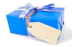 Kleines blaues Weihnachts- oder Geburtstagsgeschenk, Geschenktag oder Manila-Aufkleber des freien Raumes, lokalisiert auf weißem  Stockfotos