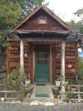 Kleines Blockhaus auf Berg Stockbild