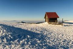 Kleines Blockhaus auf Berg Kopaonik, in der Winterzeit Lizenzfreie Stockfotos