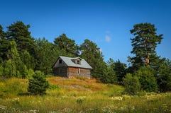 Kleines Blockhaus auf dem Hügel Stockbild