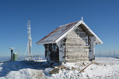 Kleines Blockhaus, gefrorene Antenne und einig anderes Material Lizenzfreies Stockfoto