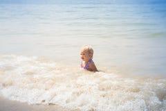 Kleines blondes Baby Lizenzfreie Stockbilder