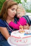 Kleines blondes gelocktes Mädchen, das ihre Mutter und Schreien umarmt Lizenzfreie Stockfotografie