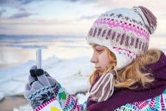Kleines blondes kaukasisches Mädchen, das Fotos macht Lizenzfreie Stockfotografie