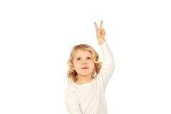 Kleines blondes Kind, das Siegeszeichen mit seinen Fingern tut Stockbild
