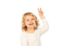 Kleines blondes Kind, das Siegeszeichen mit seinen Fingern tut Lizenzfreie Stockfotografie