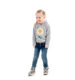 Kleines blondes Kind, das ungeschickt, lokalisiert lächelt Stockfotos