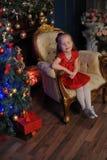 Kleines blondes Kind in einem roten Kleid Lizenzfreies Stockbild