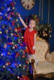 Kleines blondes Kind in einem roten Kleid Lizenzfreies Stockfoto