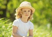 Kleines blondes Mädchen auf einem Weizengebiet Lizenzfreie Stockfotografie