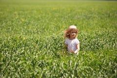 Kleines blondes Mädchen auf einem Weizengebiet Stockbild