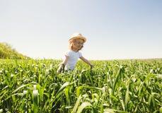 Kleines blondes Mädchen auf einem Weizengebiet Lizenzfreie Stockbilder
